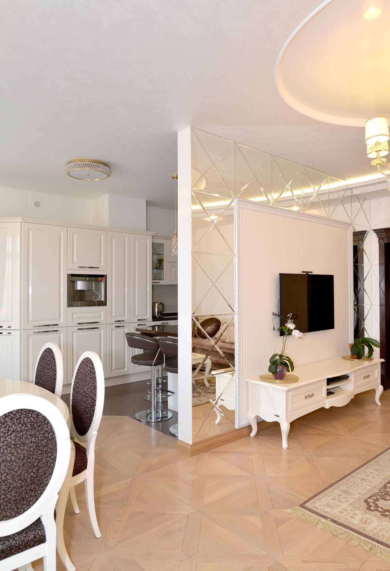 Зеркальная перегородка между кухней и гостиной