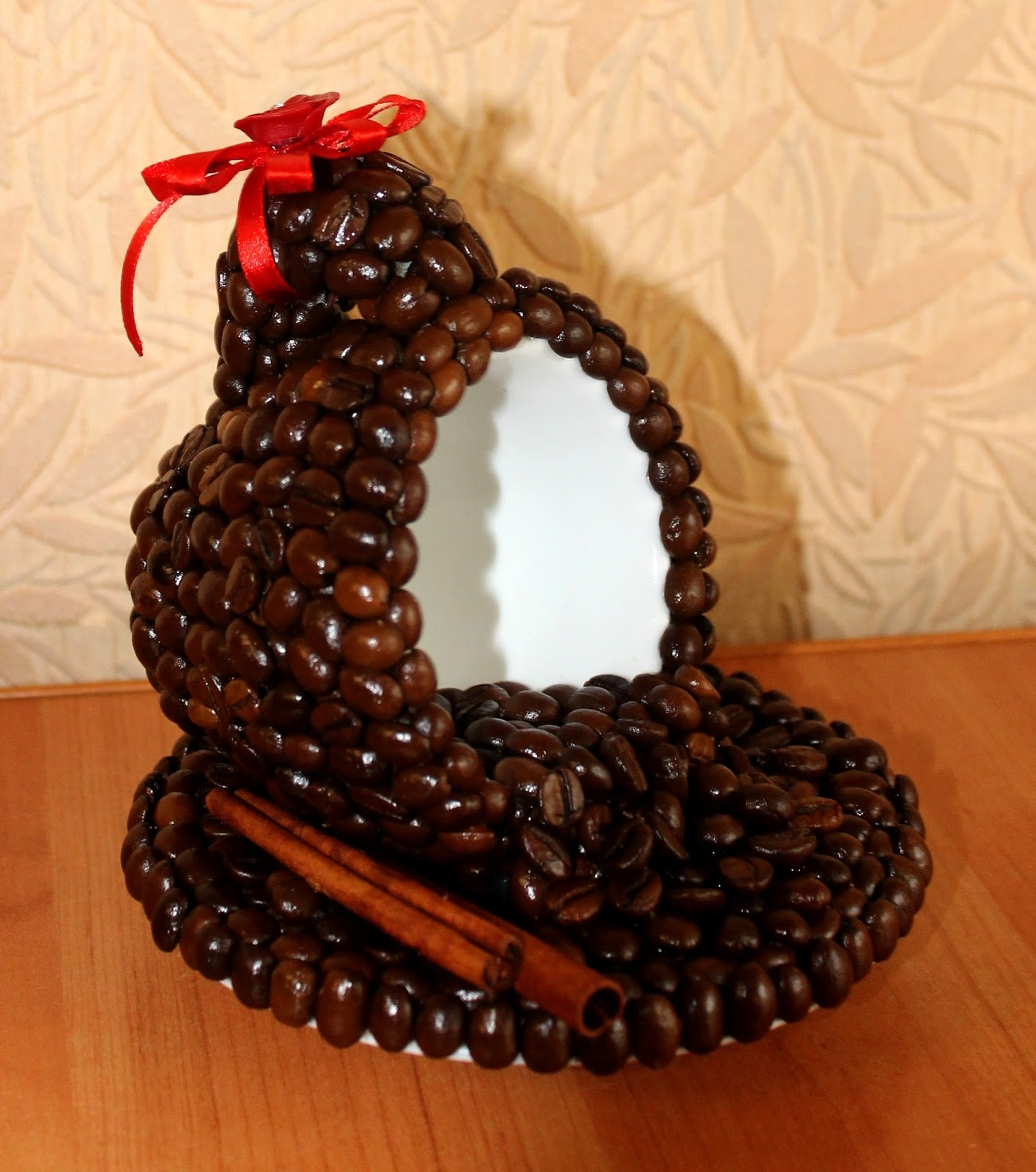 Декор чашки кофейными зернами