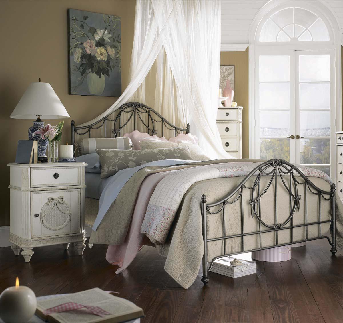 Железная кровать в интерьере