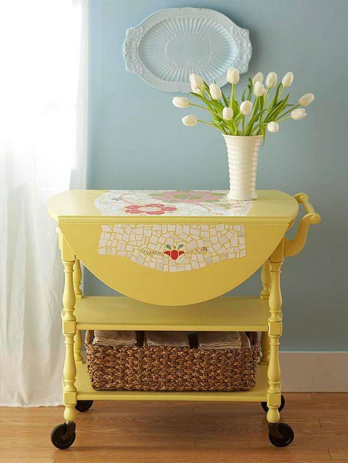 Сервировочный столик желтого цвета
