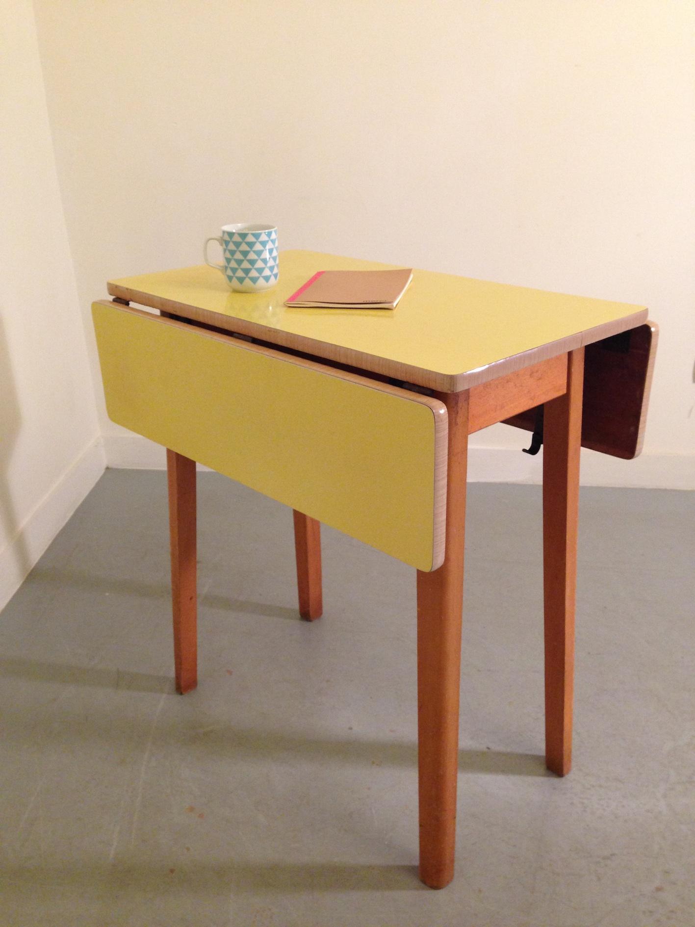 Откидной стол желтый