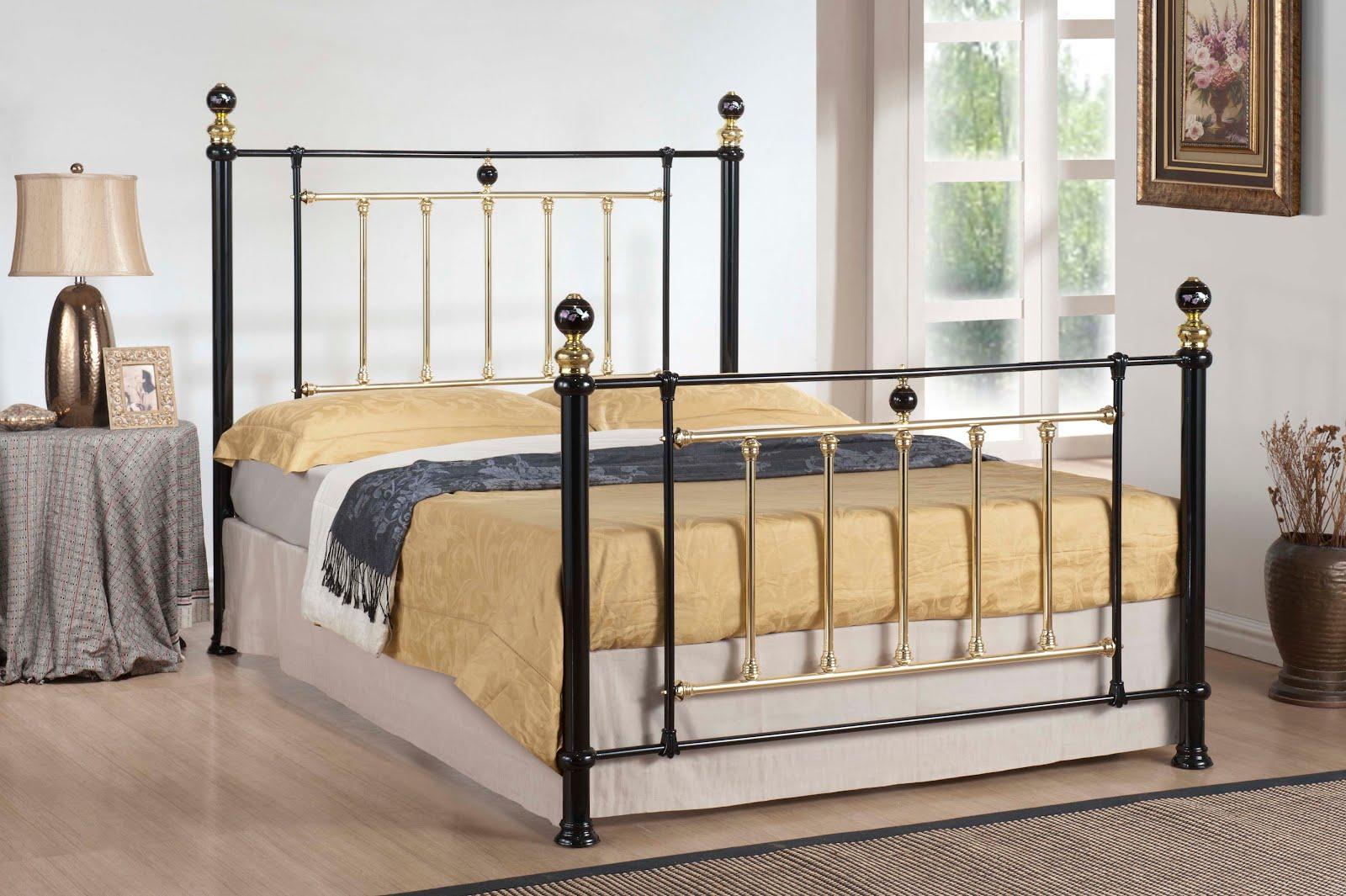 Золоченая кровать из черного металла