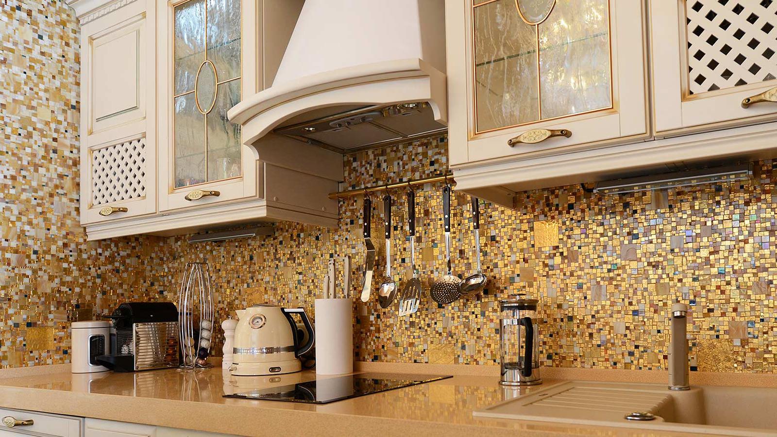 Золотая мозаика на кухне