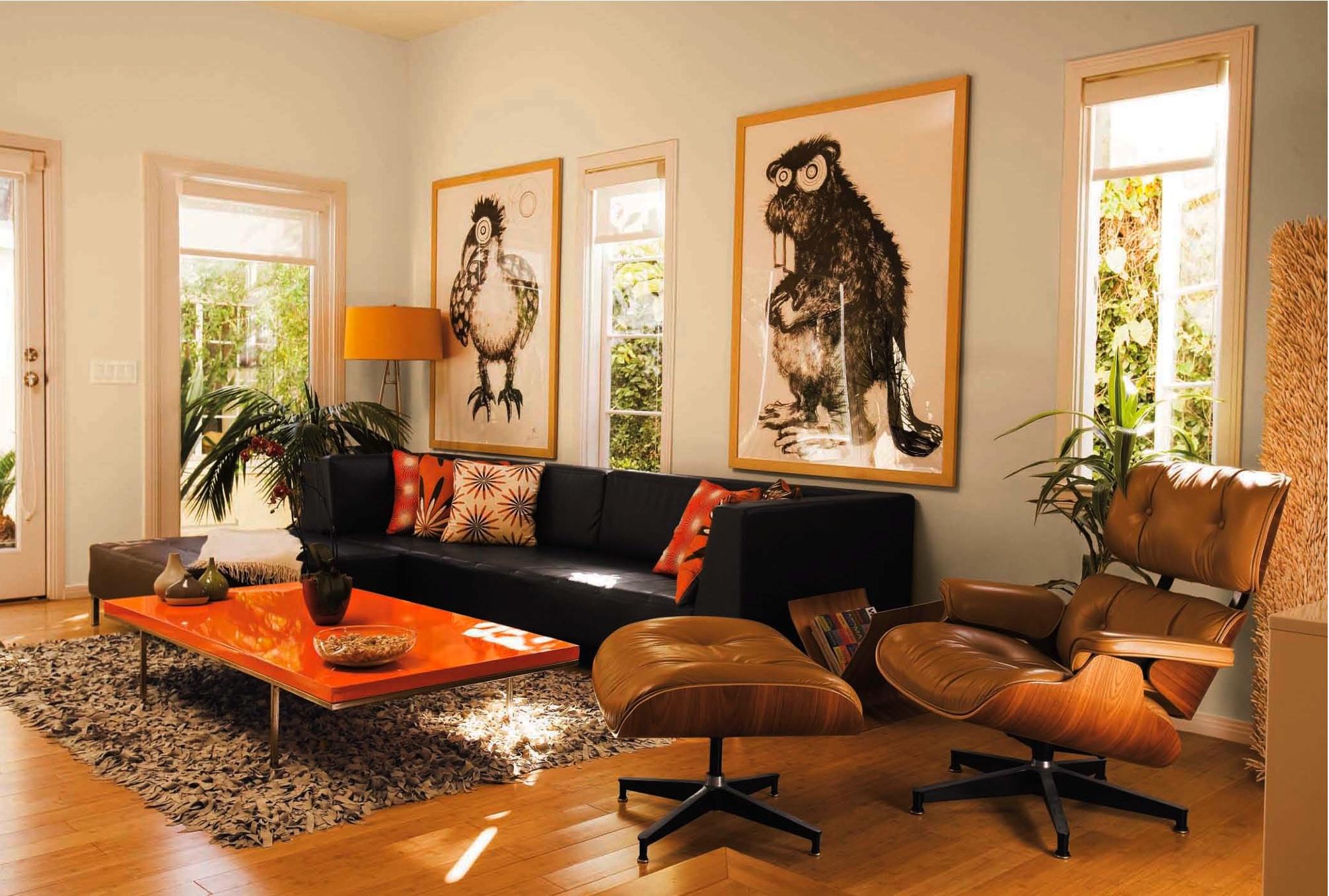 Черный диван в африканском интерьере