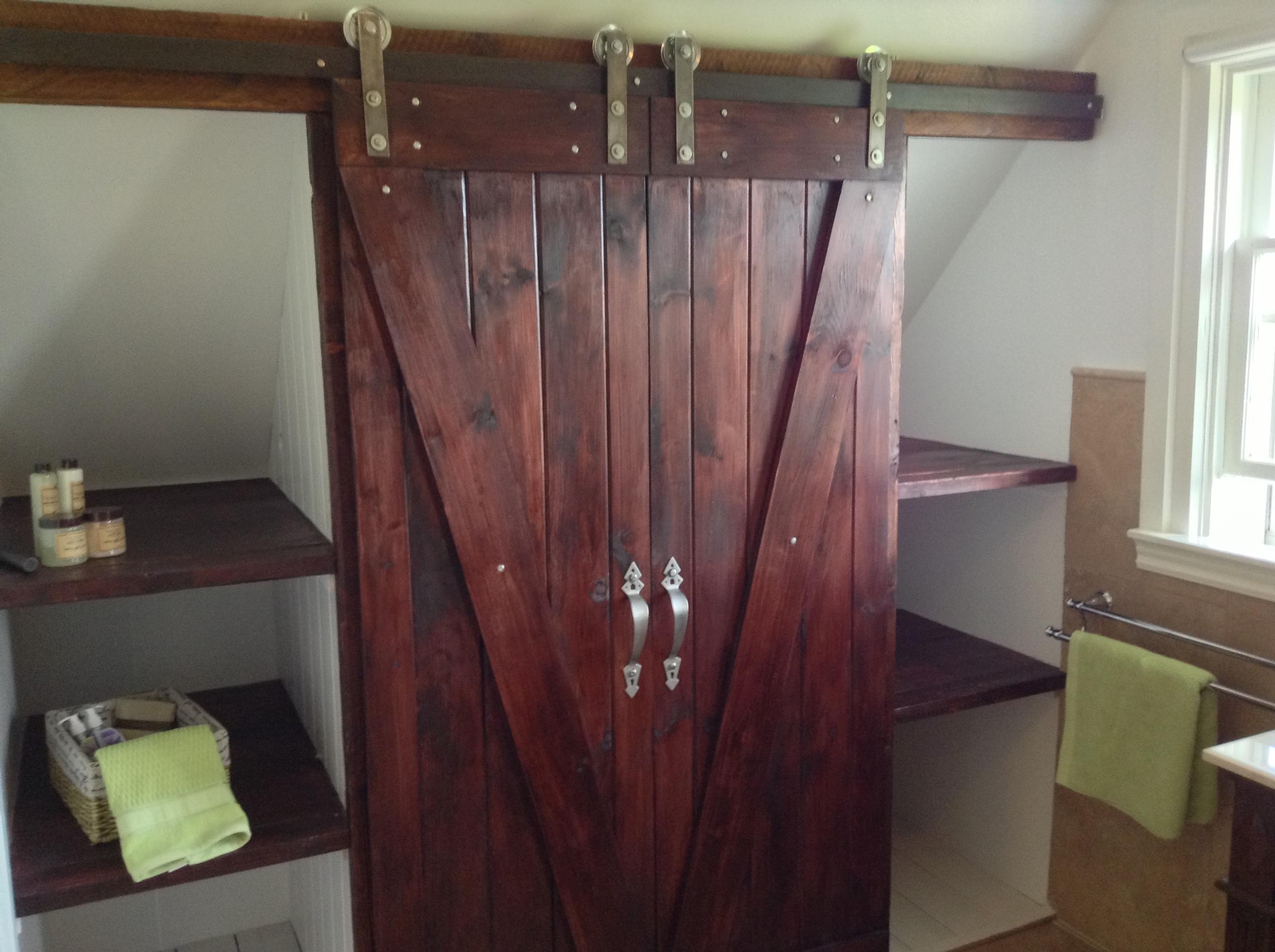 Амбарные двери из вишни в интерьере