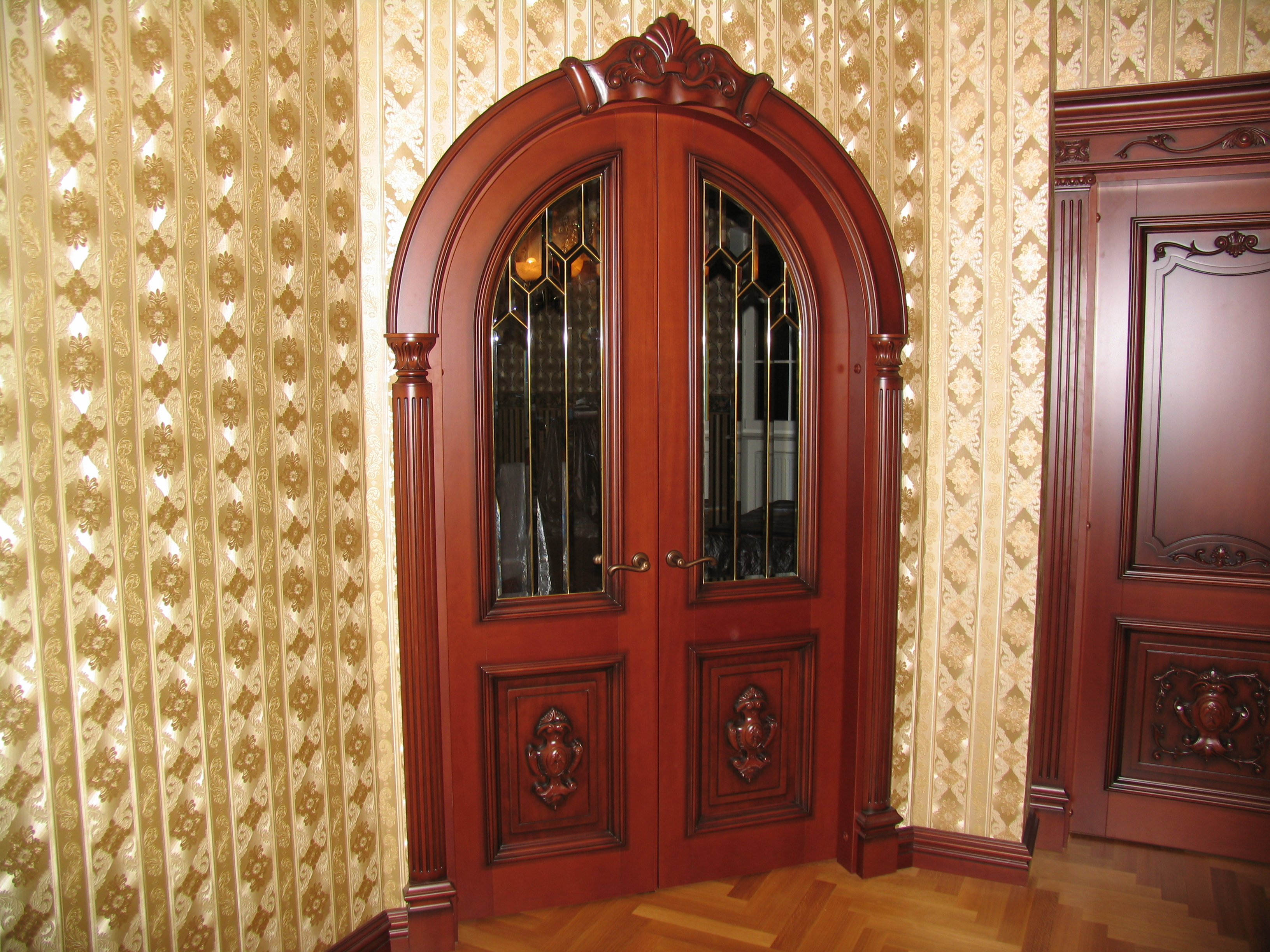 Арочная дверь из вишни