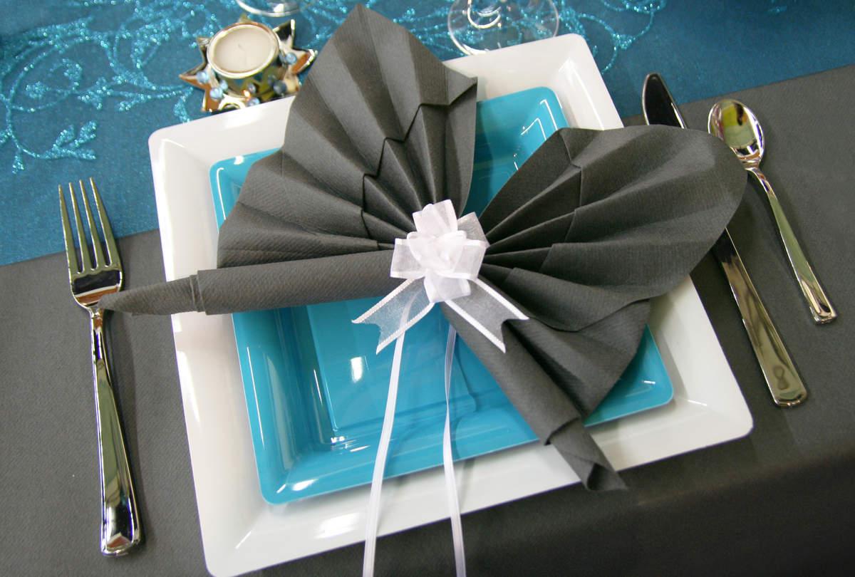 Бабочка из салфетки на столе