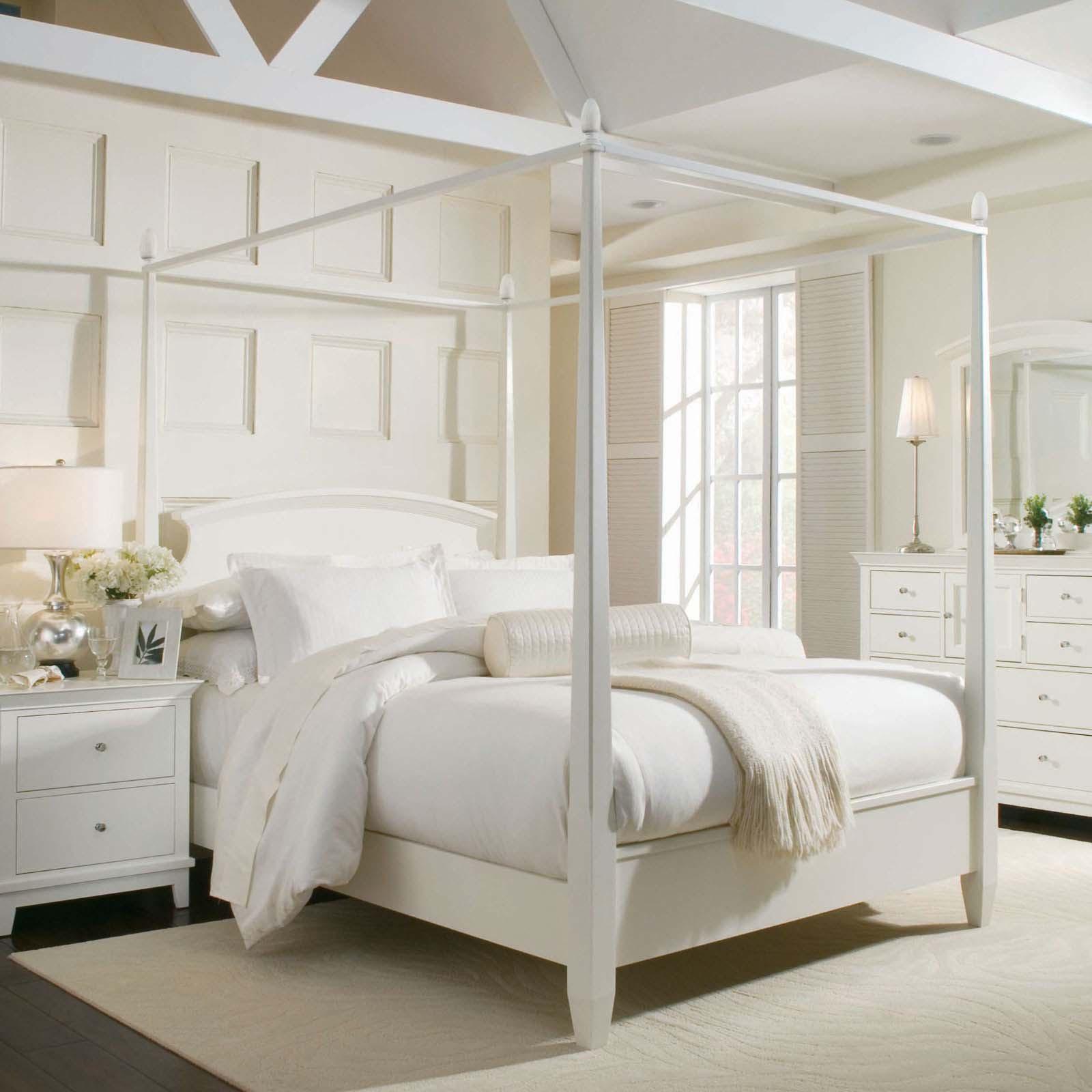Белая кровать с балдахином