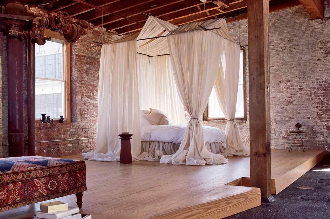Кровать с балдахином в спальне в стиле лофт