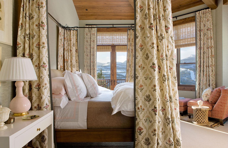Кровать с балдахином в уютной спальне