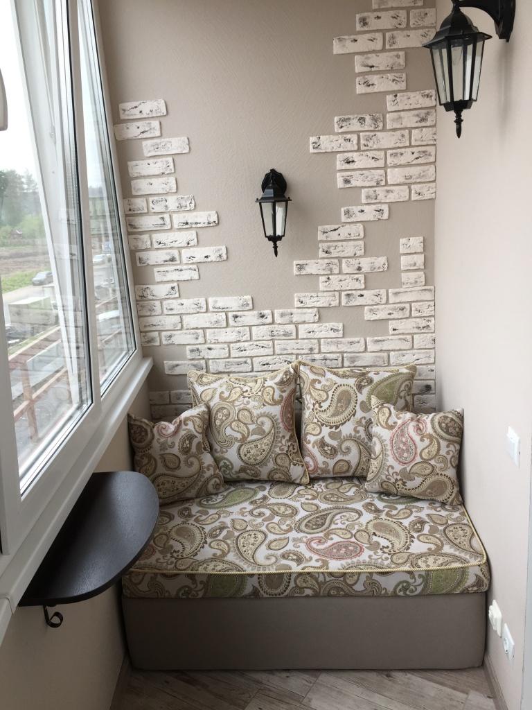Бескаркасный диван на балконе