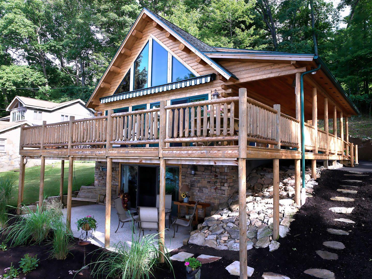 Дом из бревен с открытым балконом