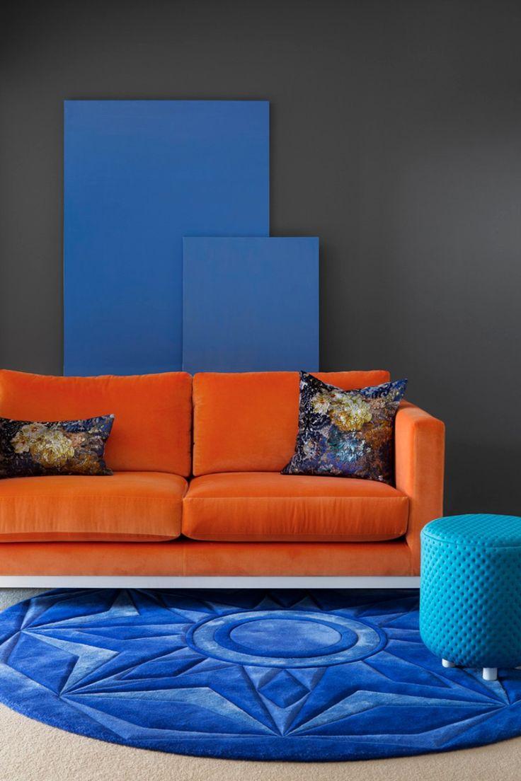 Бархатный оранжевый диван