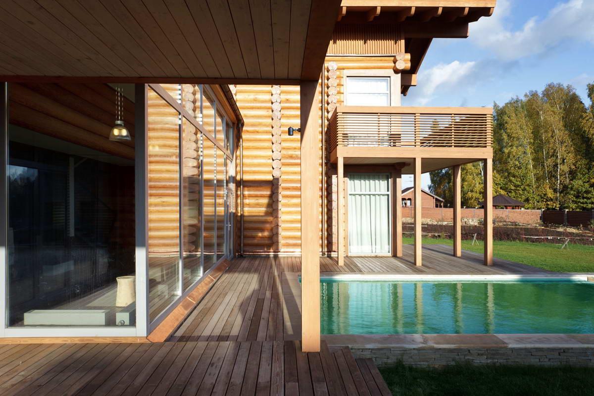 Дом из бревна с бассейном