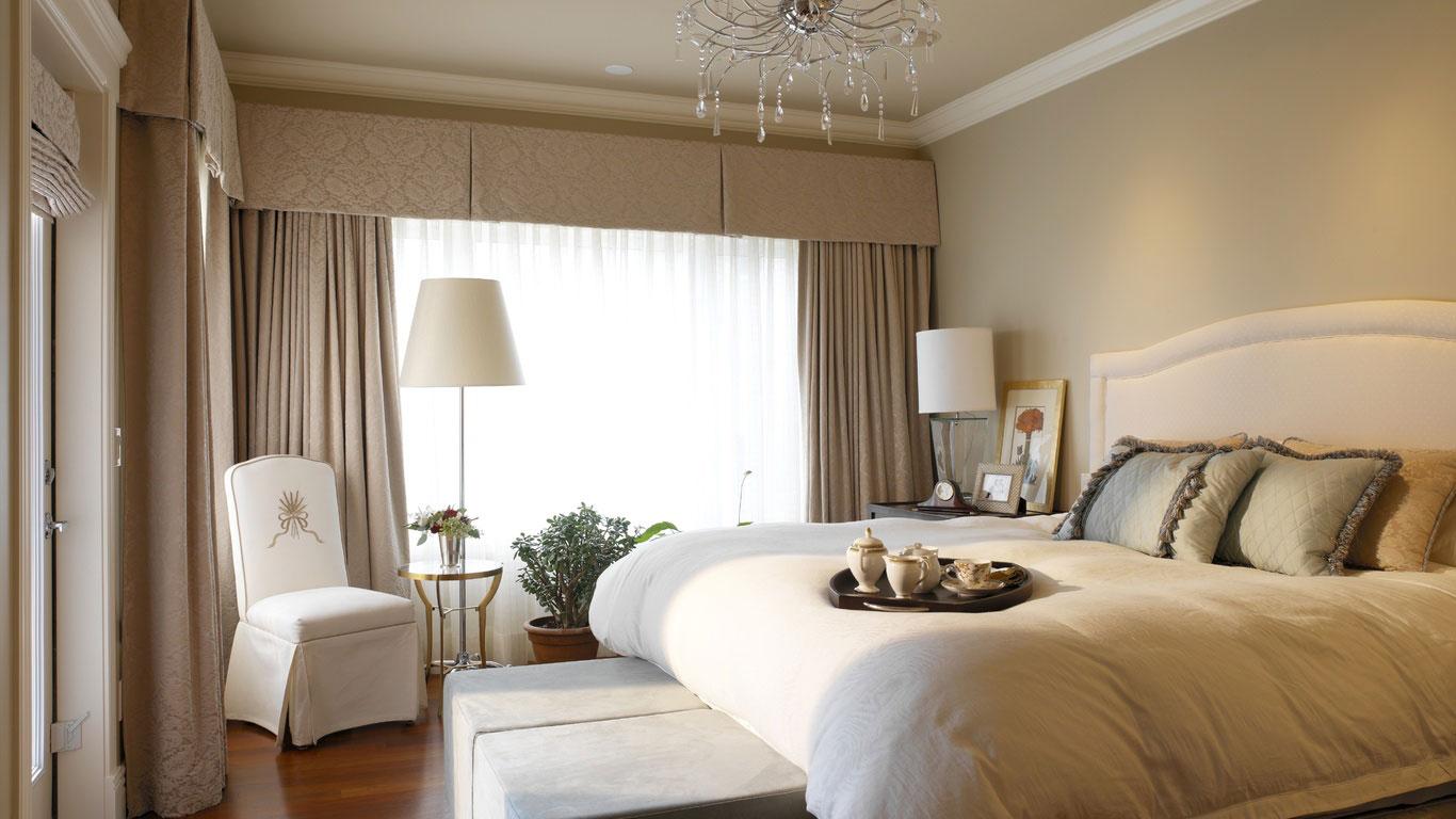 Бежевая уютная спальня