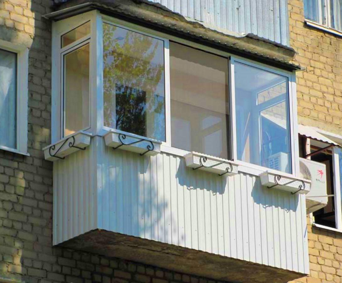 Отделка балкона белым профлистом