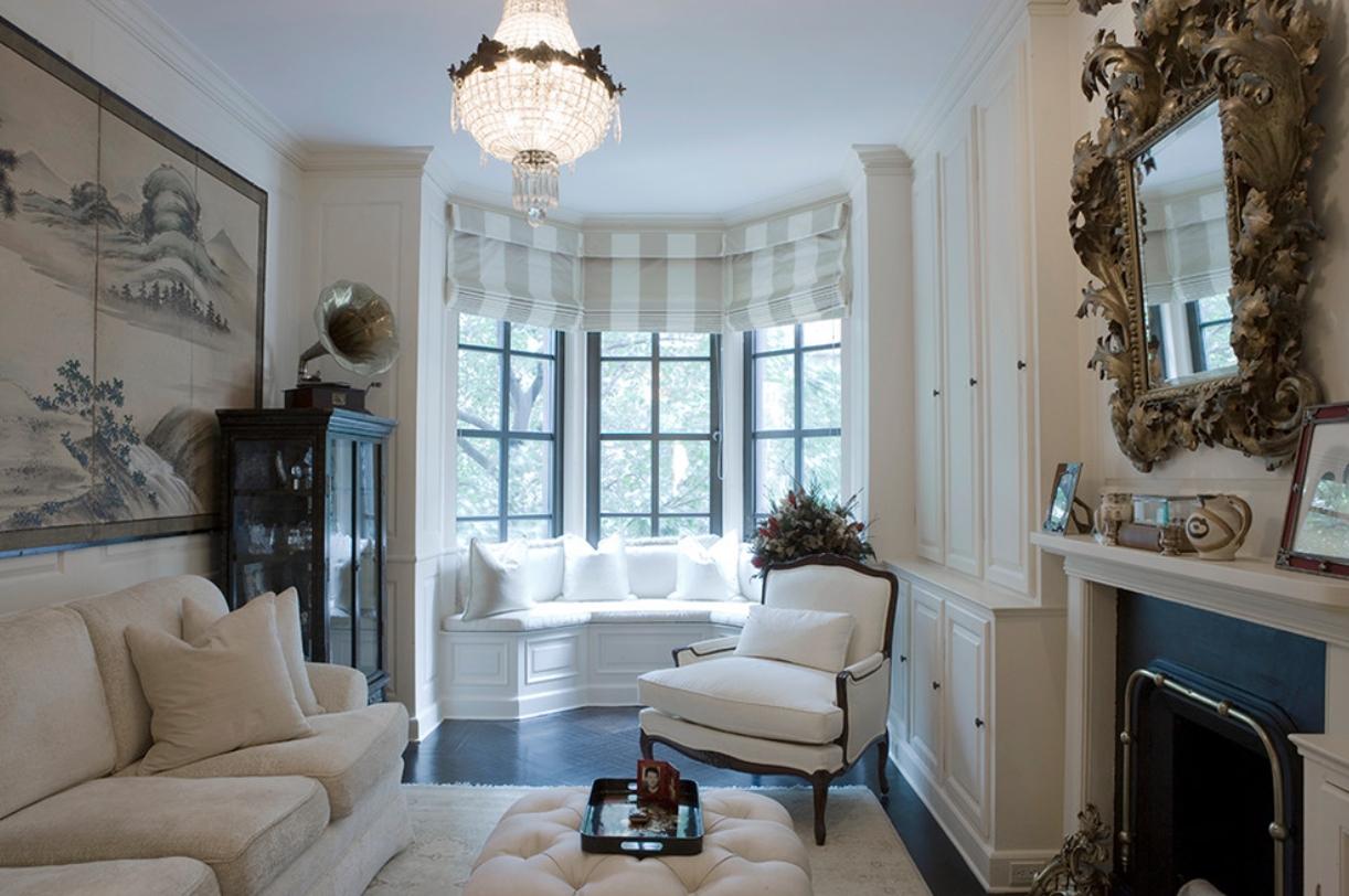Белая гостиная с эркером
