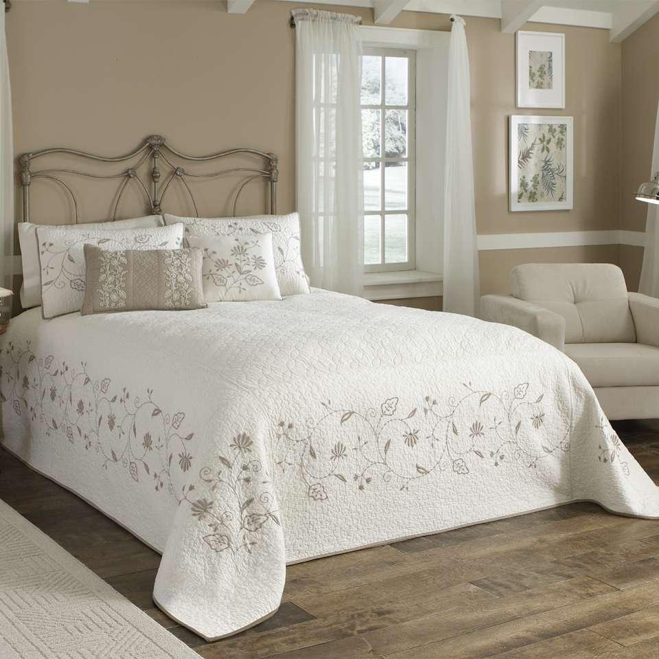 Белое покрывало для кровати