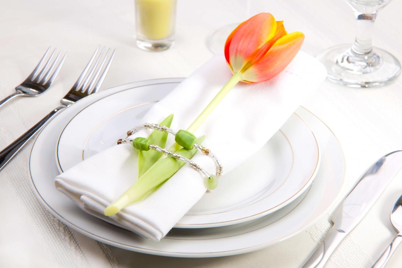 Украшение стола белыми салфетками