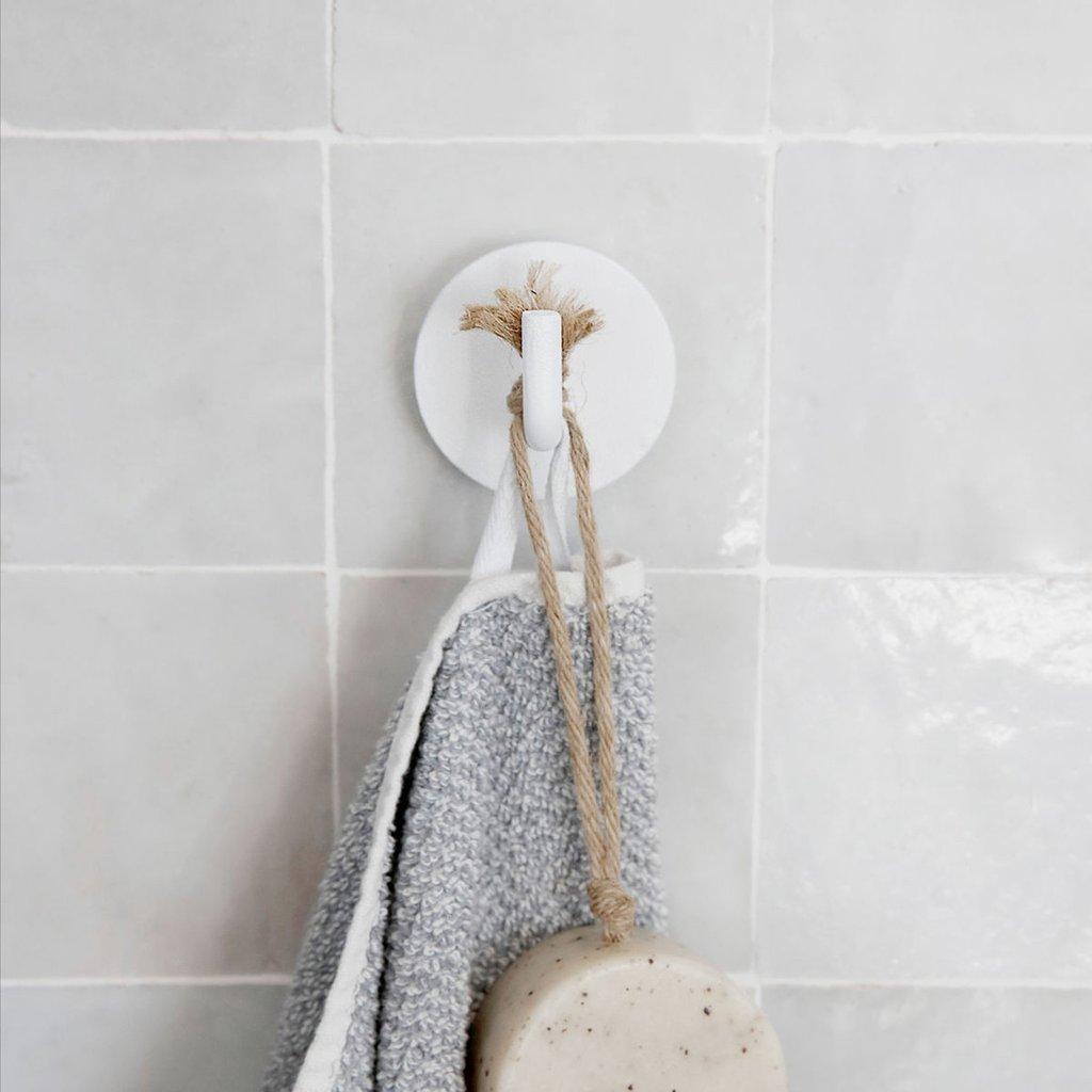 Белый крючок для ванной