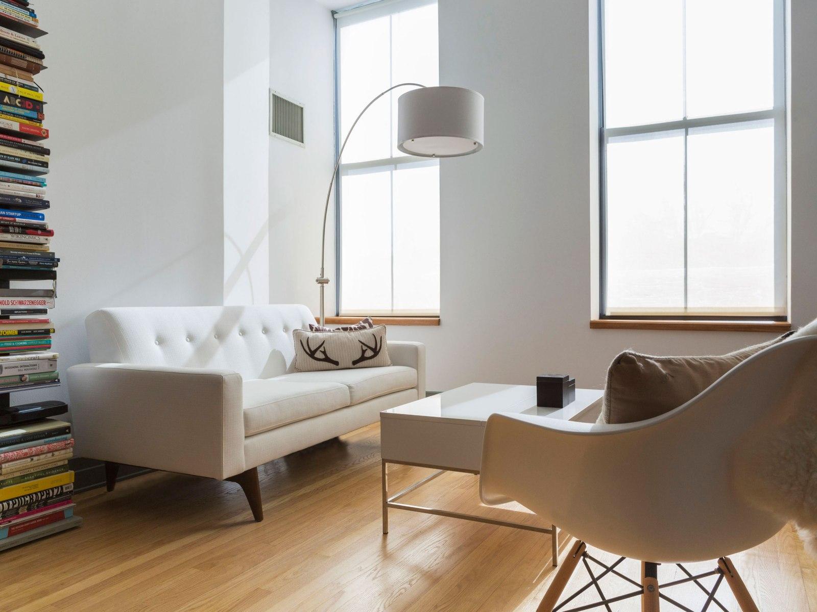 Деревянный белый диван