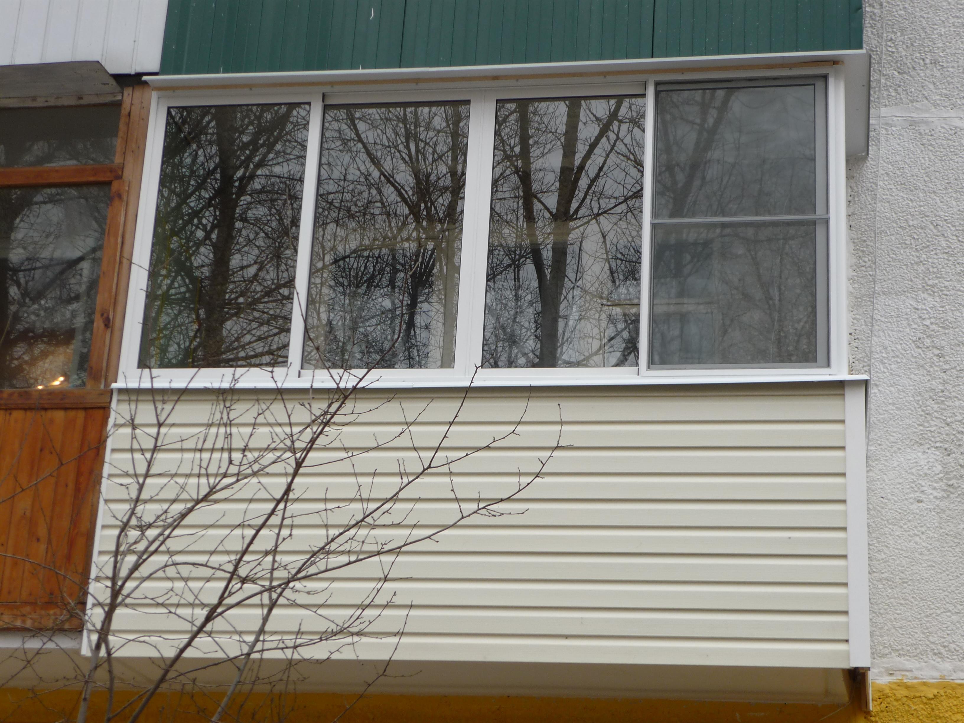 Отделка балкона белым сайдингом
