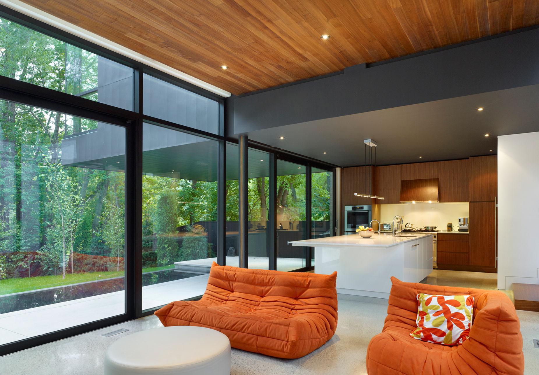 Оранжевый бескаркасный диван