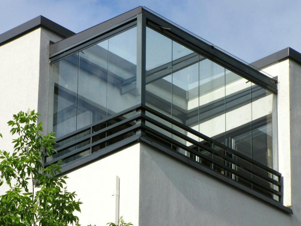 Безрамное остекление балкона с отделкой