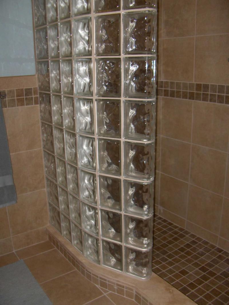 Угловой душ из стеклоблоков