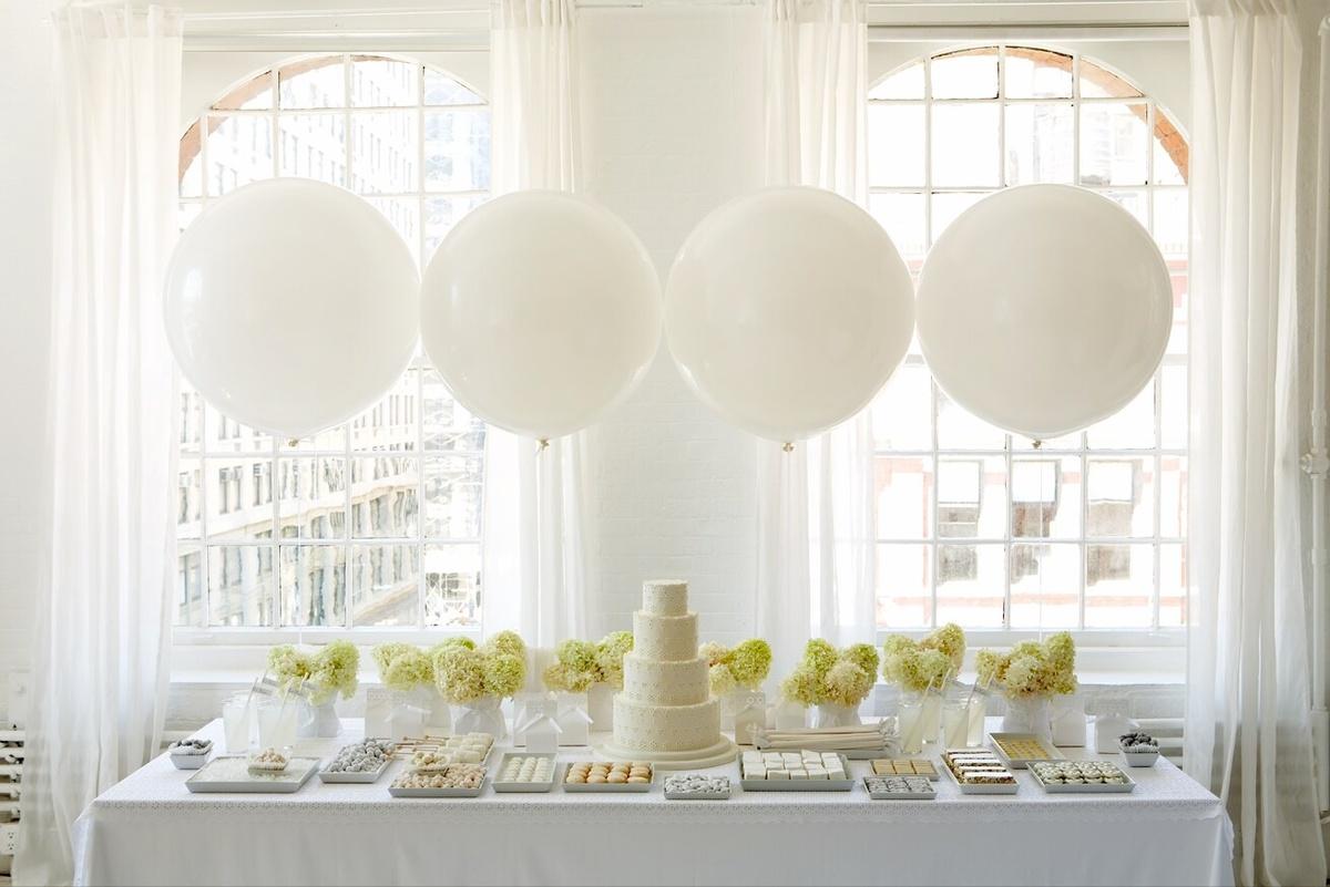 Оформление большими воздушными шарами