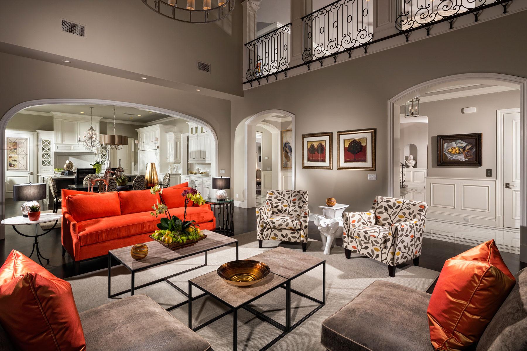 Оранжевый диван в интерьере частного дома