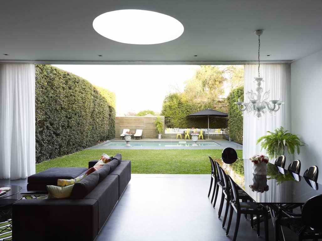 Черный диван в интерьере частного дома