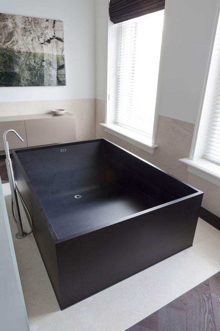 Черная прямоугольная ванна