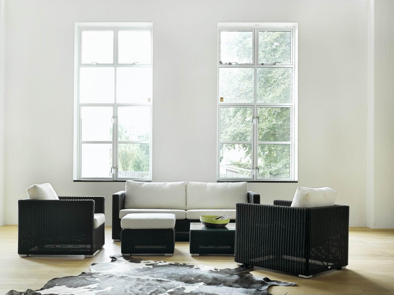 Черный диван из ротанга