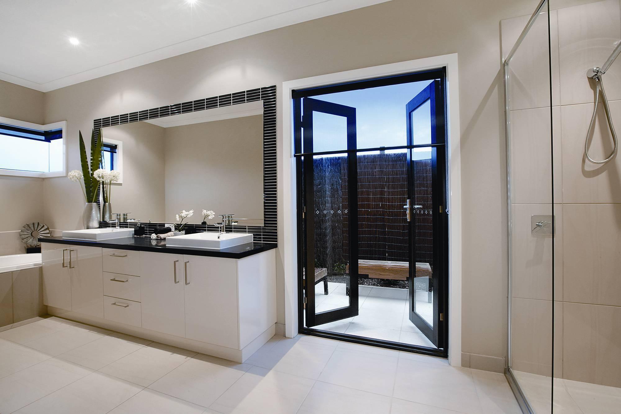 Двустворчатая черная дверь в ванную
