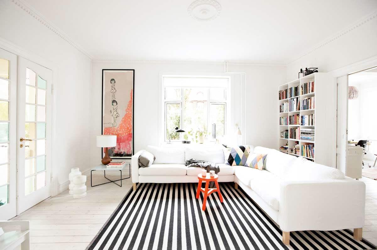Черно-белый ковер в гостиной