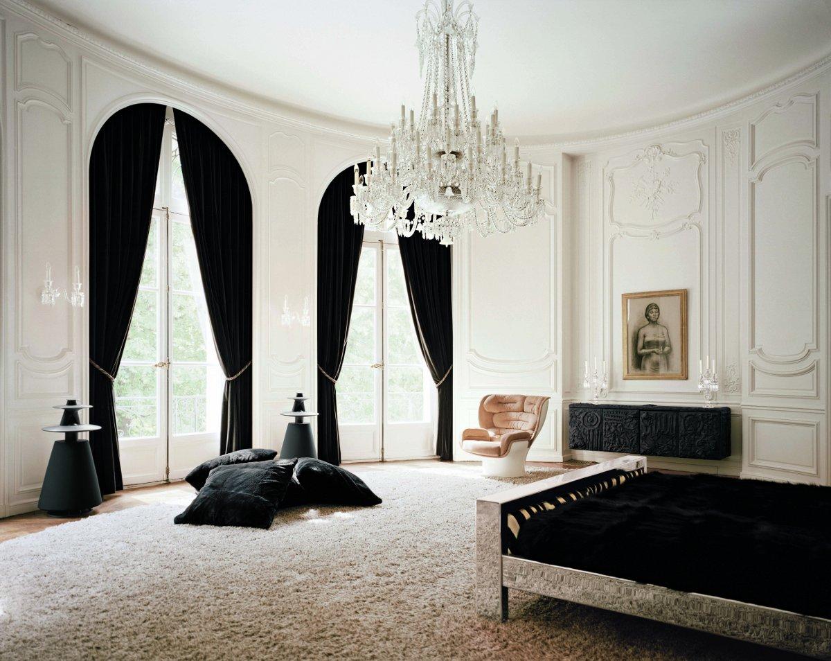 Черные шторы на арочных окнах