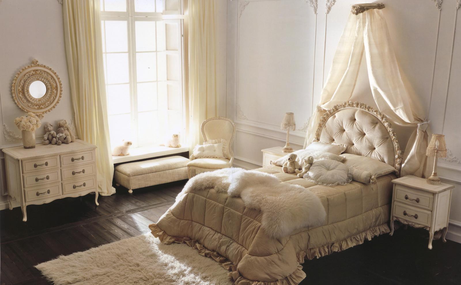 Кровать для девочки в классическом стиле