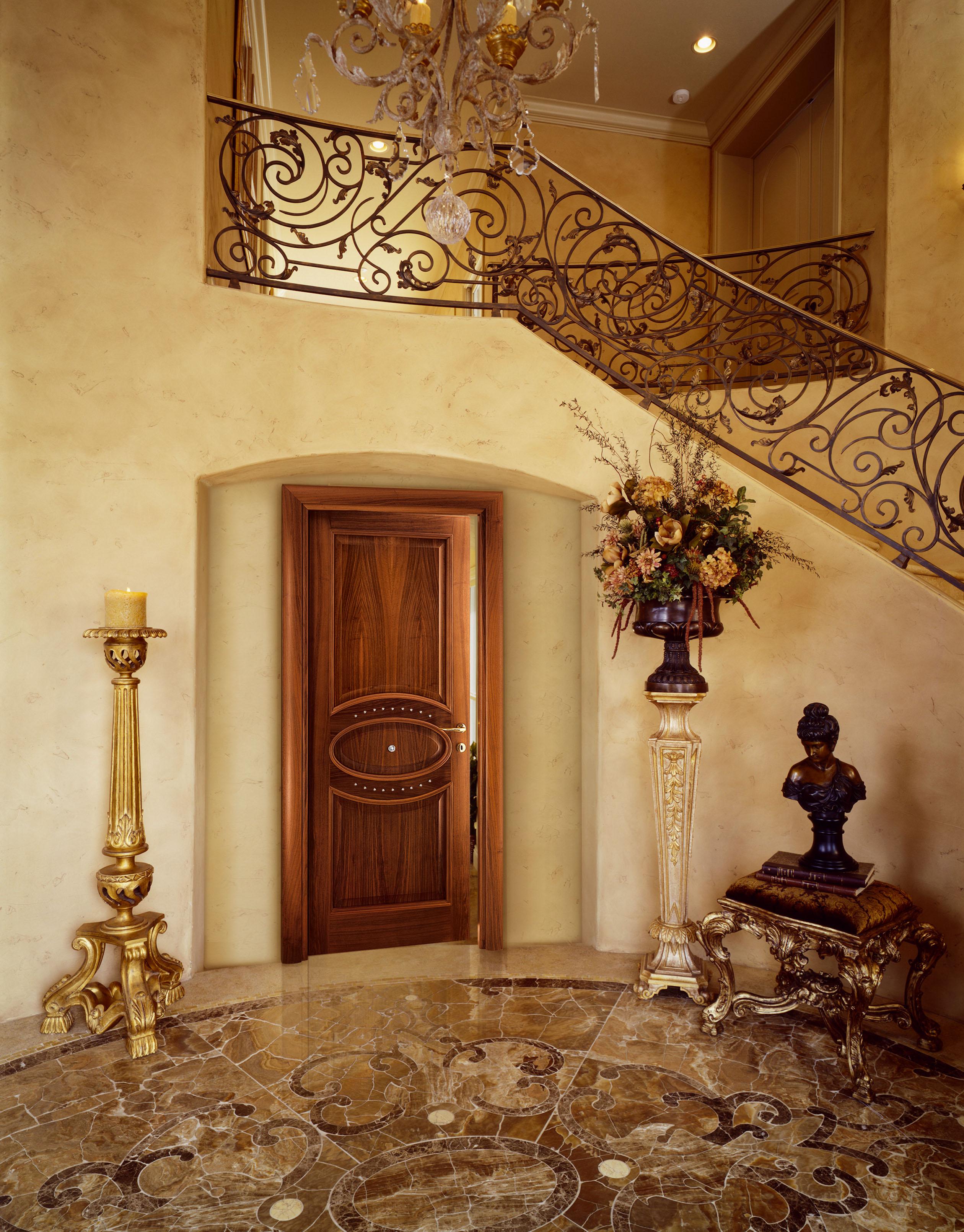 Дверь из ореха в классическом стиле