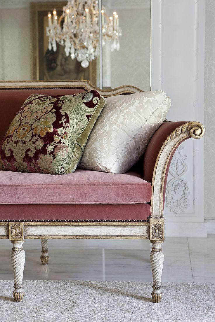 Французский диван в классическом стиле