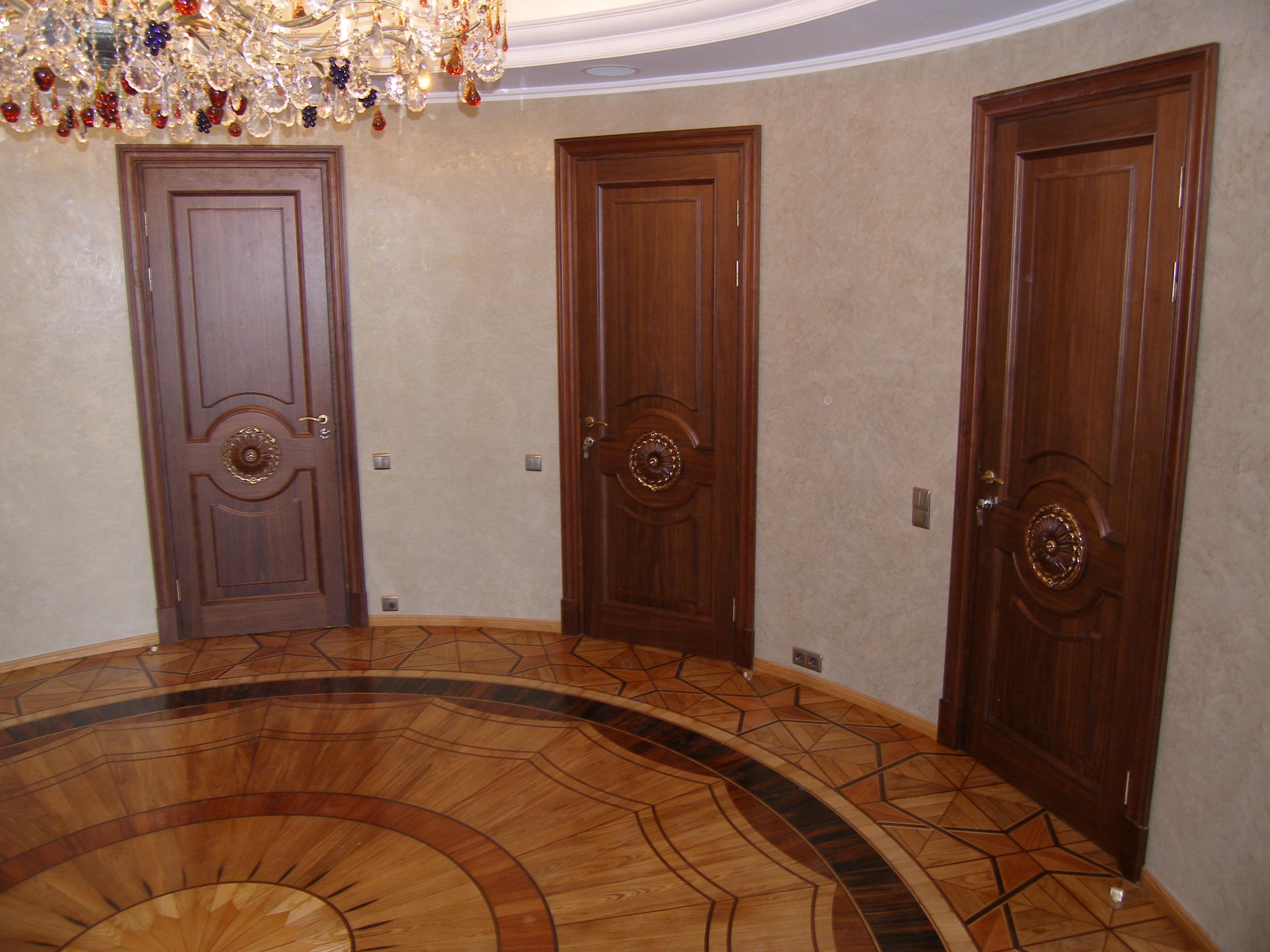 Шпонированная классическая дверь с декором
