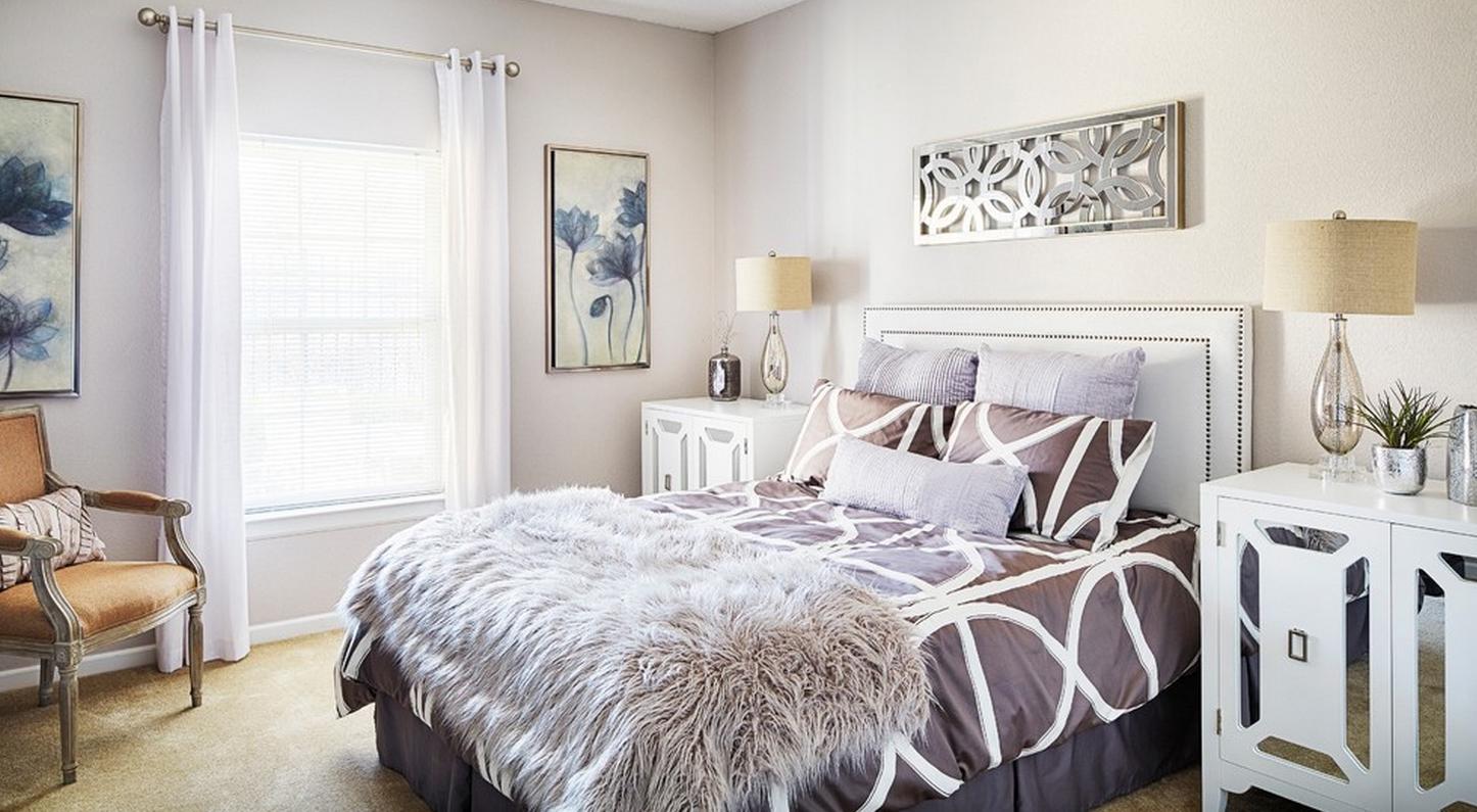 Белая кровать с декором