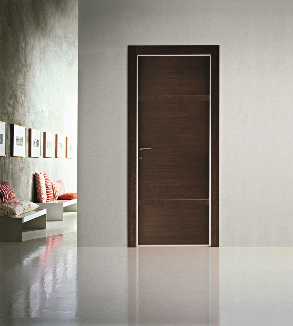 Дверь цвета венге с декором