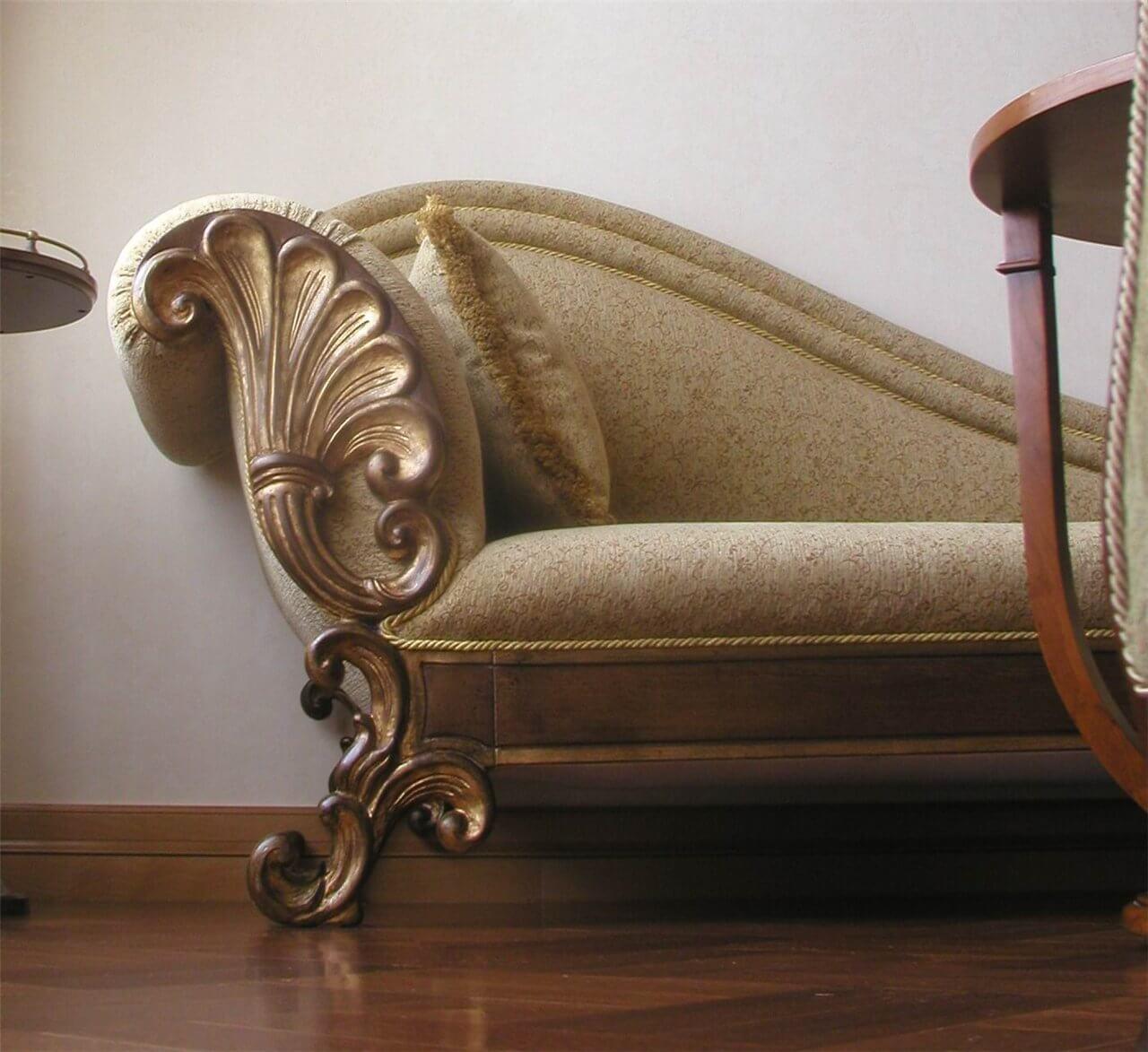 Деревянный диван с декором