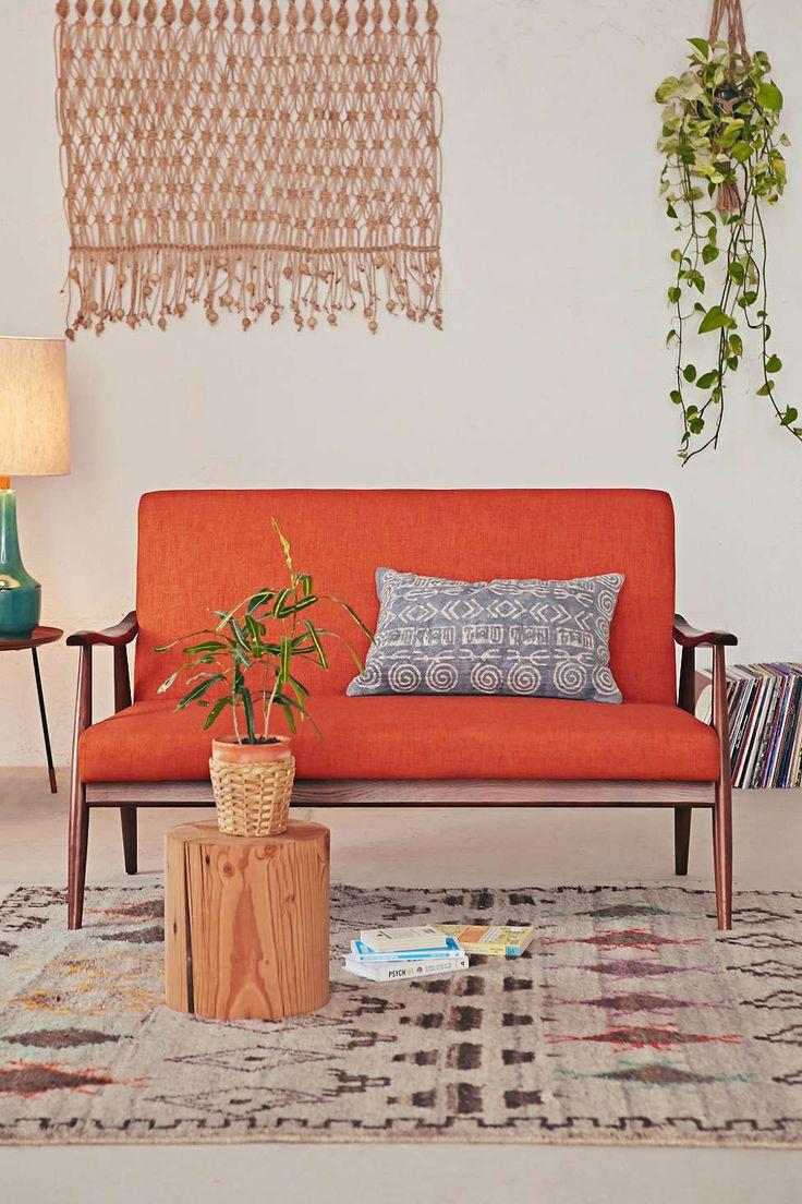 Оранжевый деревянный диван