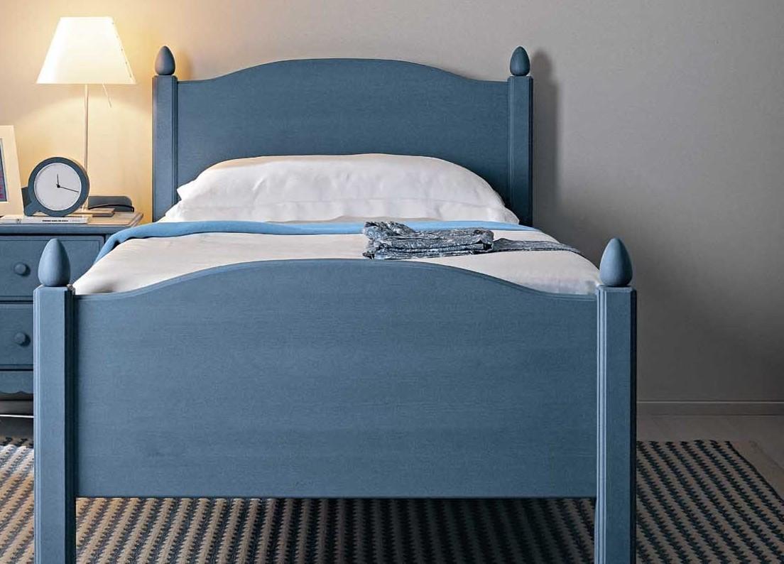 Деревянная голубая кровать