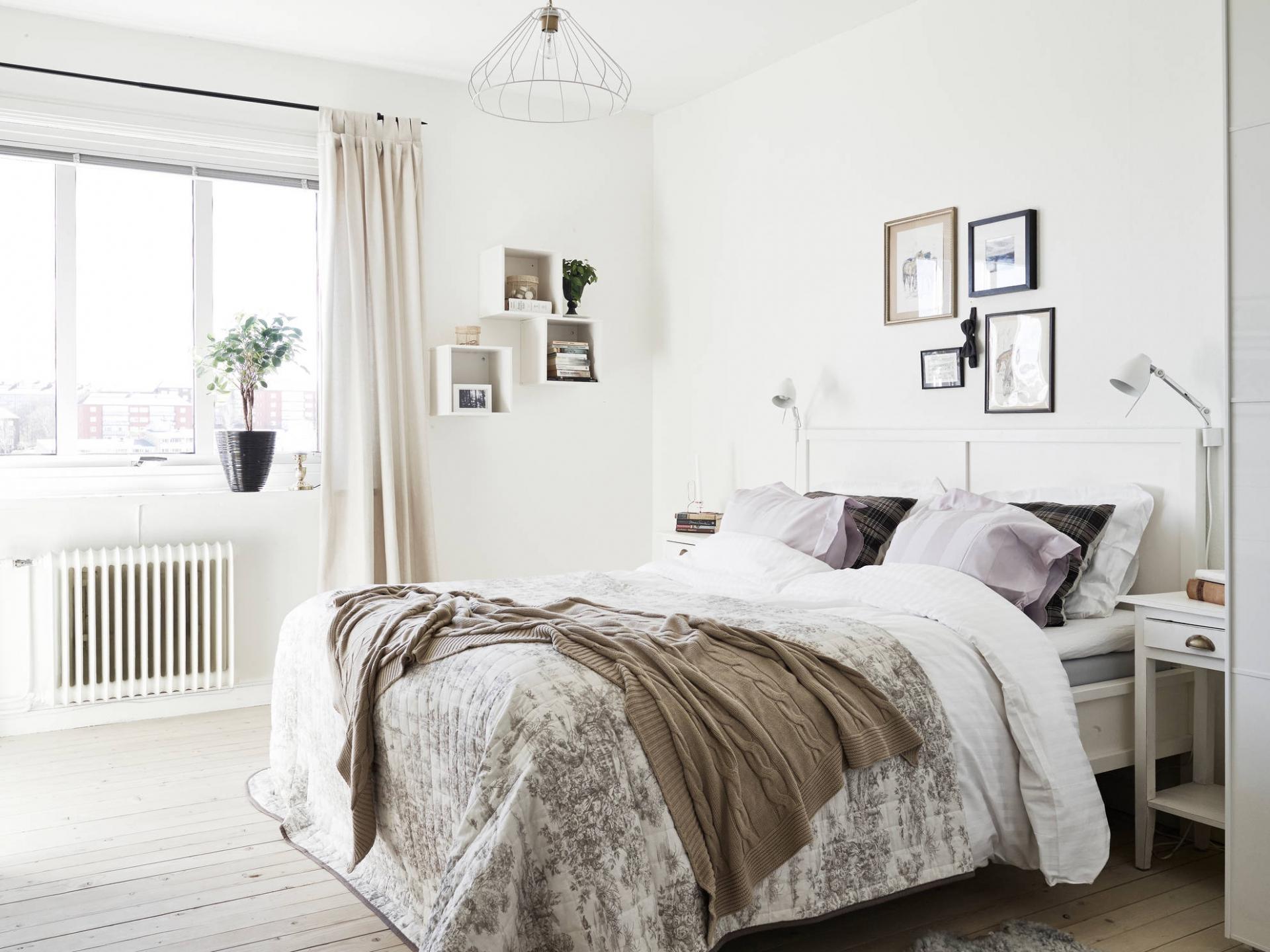 Скандинавская спальня с деревянным полом