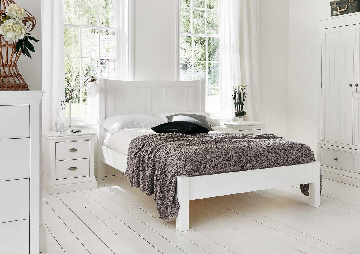 Белая кровать в деревенском стиле