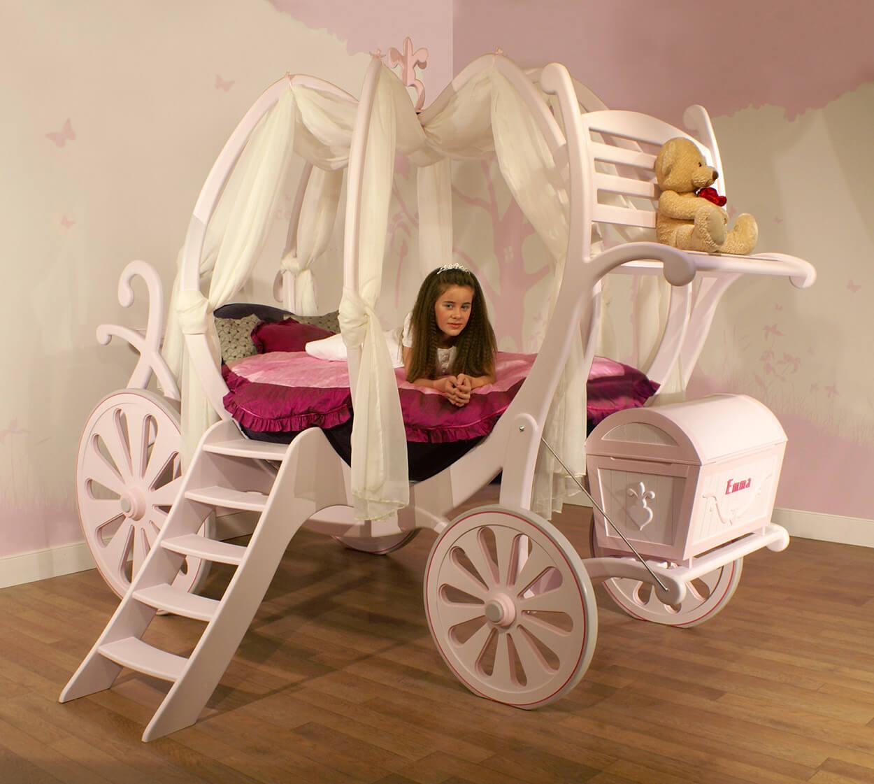 Кровать-карета из дерева