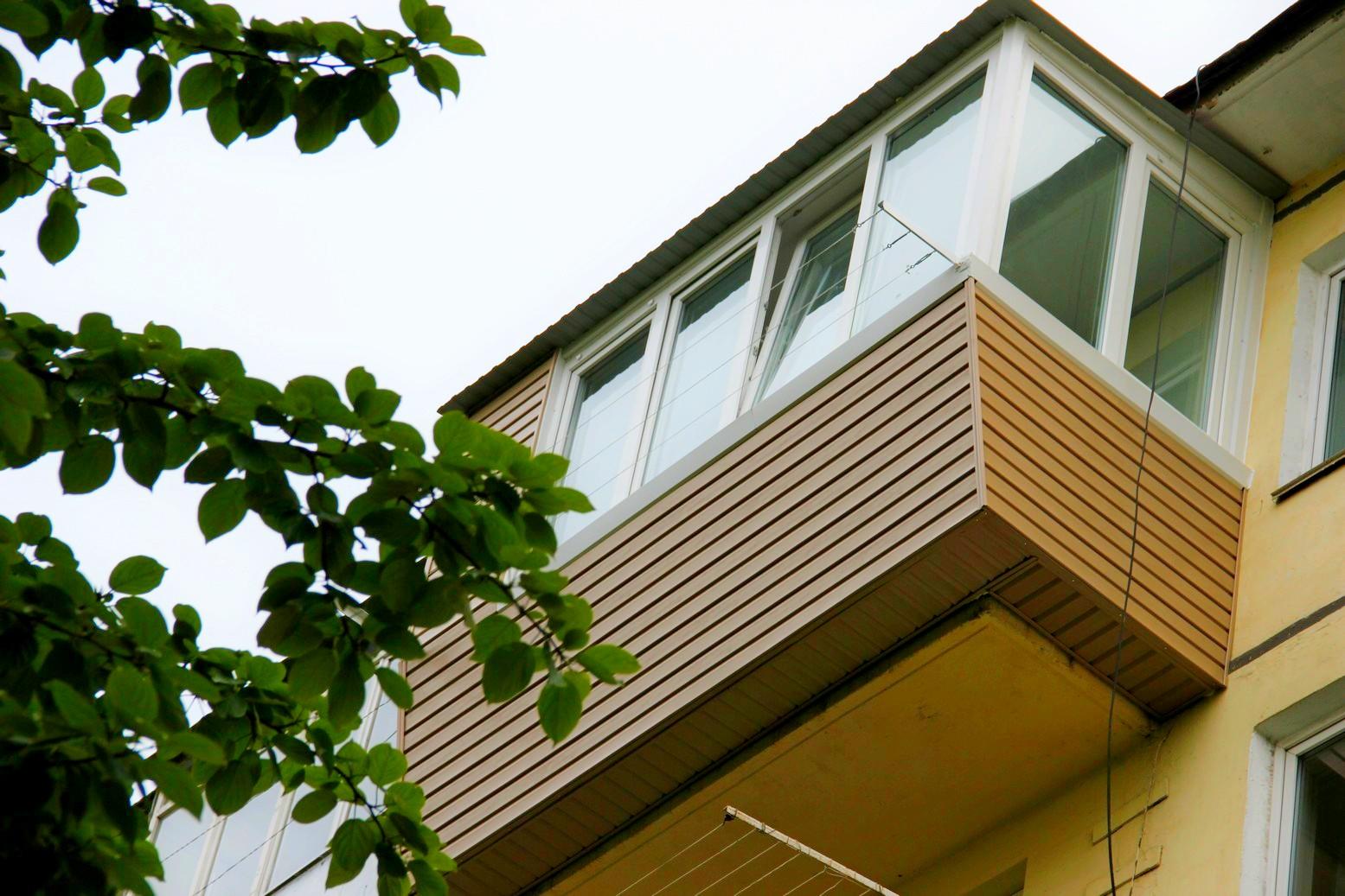 Отделка балкона сайдингом под дерево